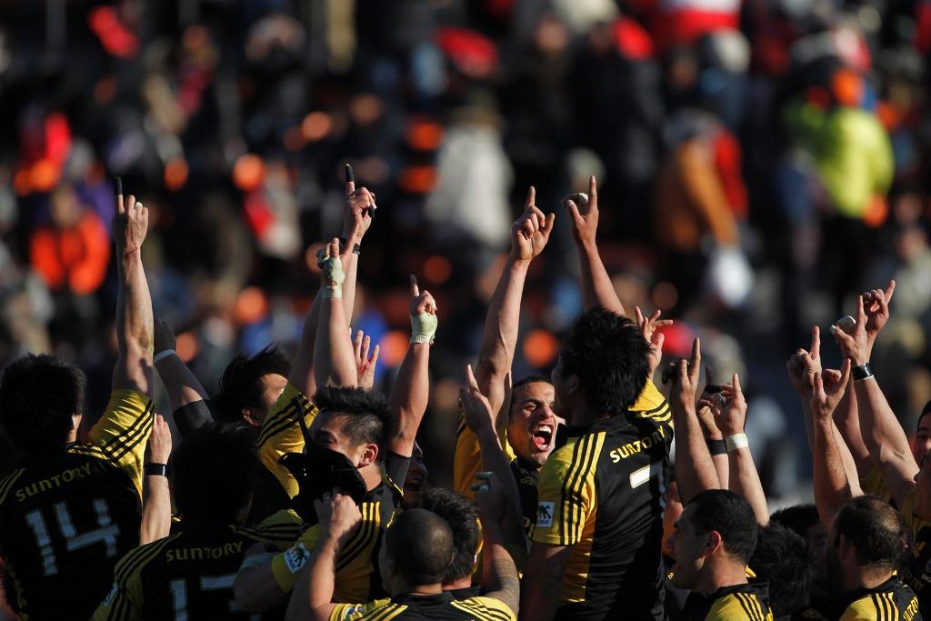 勝どきをあげる王者サンゴリアス。2012-13シーズンは無敗で2冠の完全制覇(撮影:新屋敷こずえ)