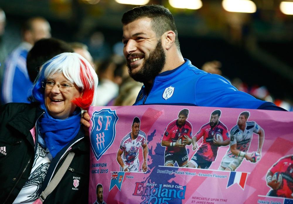 フランスはプールDで3連勝。カナダ戦後、ファンと写真を撮るPRスリマニ(C)Getty Images