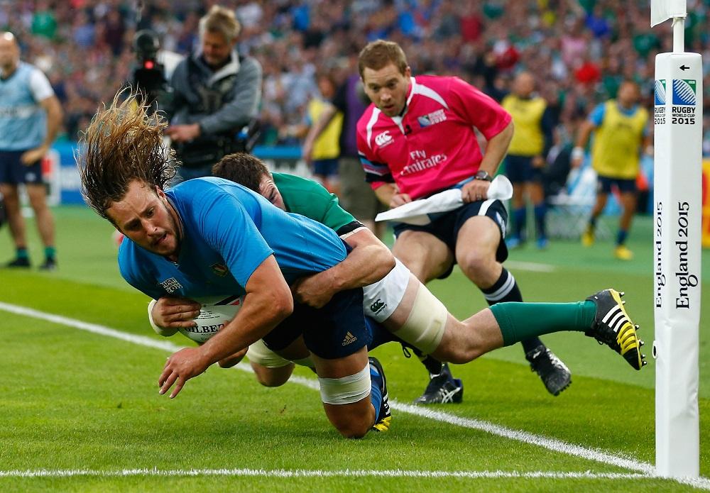イタリア代表フルノのトライを許さなかったアイルランド代表オマホニー(C)Getty Images
