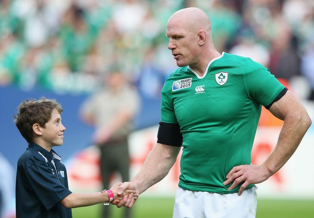 未来のスターと握手するアイルランドの英雄、ポール・オコンネル(C)Getty Images