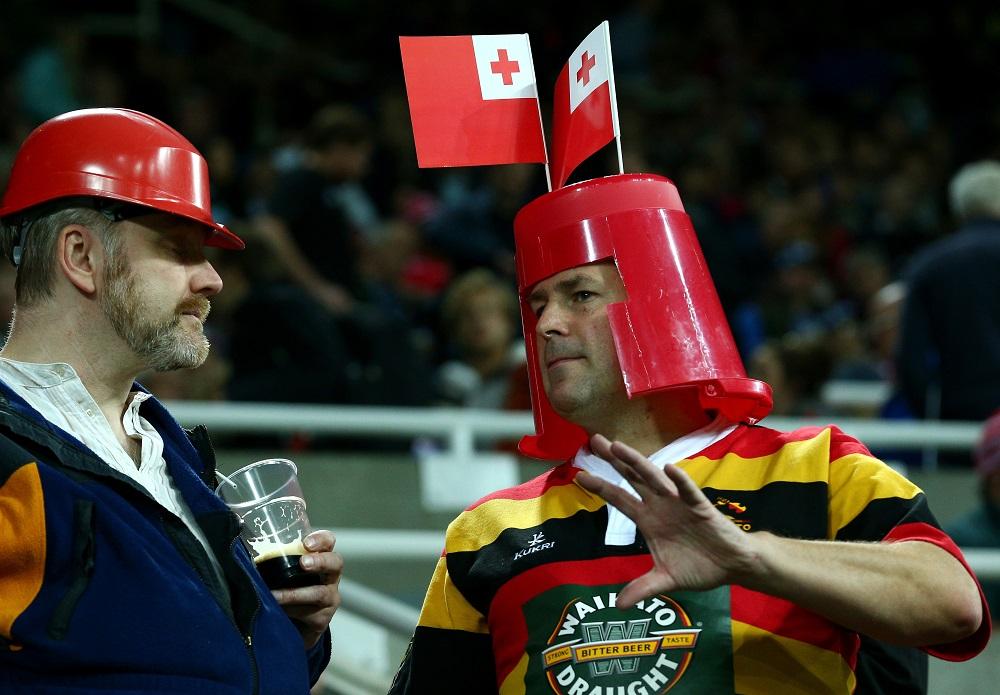 頭にはトンガの国旗、でもジャージーはNZワイカト。最高のラグビーファン(C)Getty Images