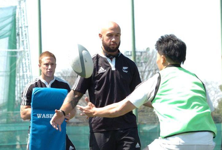 真剣な表情で早大の選手たちにコーチングする、セブンズNZ代表のDJフォーブス主将(撮影:松本かおり)