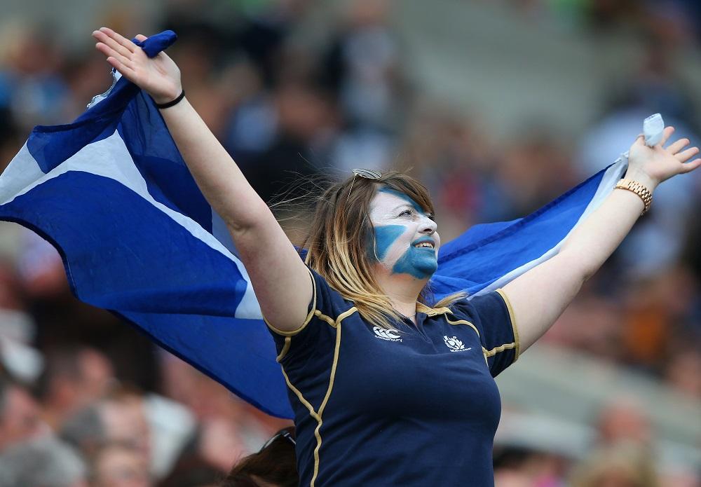 勝利の女神。応援でスコットランド代表を後押しした女性ファン(C)Getty Images