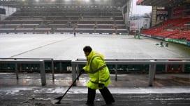 雪となった英・レスターのスタジアムで試合開催の準備をするスタッフ(C)Getty Ima…
