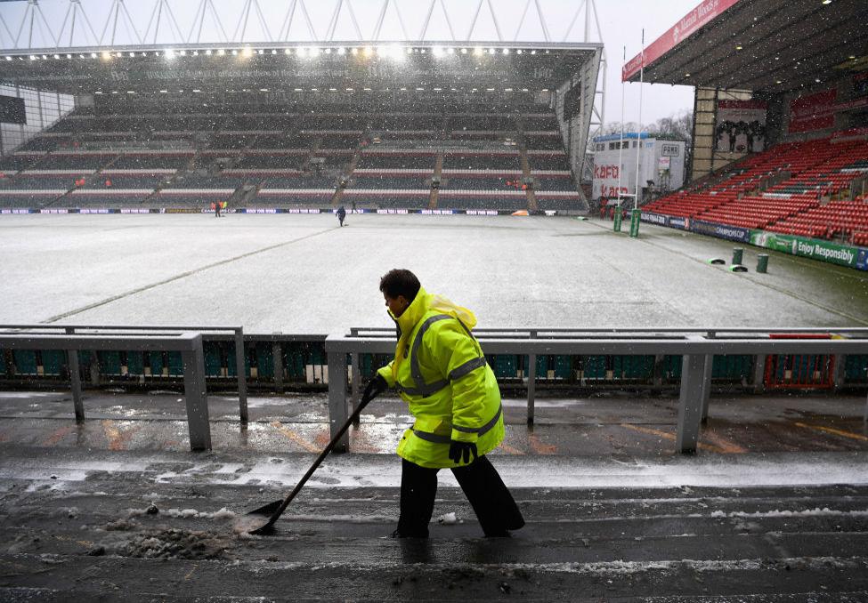 雪となった英・レスターのスタジアムで試合開催の準備をするスタッフ(C)Getty Images