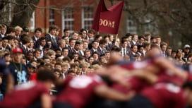 わが校の誇り。セイクレッドハート高戦でキングズ高を応援する生徒達。NZ(C)Getty …