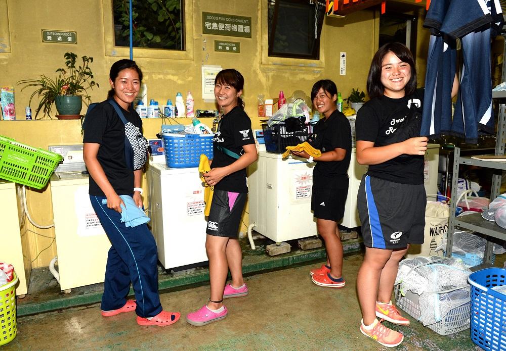 関西の強豪・天理大学ラグビー部を支えるマネージャー。洗濯中です(撮影:Hiroaki. UENO)