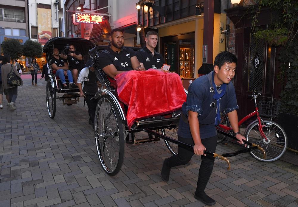 浅草を訪れ人力車に乗るオールブラックスのトゥイプロトゥとパパリイ(C)Getty Images