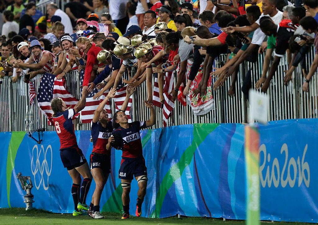 フランスを倒して5位となり、ファンに祝福されるアメリカの女子選手たち(C)Getty Images